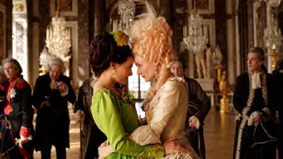 Fernab der Realität: Marie-Antoinette spielt mit Bediensten und dem ganzen Land Zucker-Brot-und-Peische