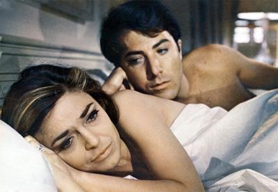 Der junge Dustin Hoffman als unerfahrenem Benjamin wird von der reifen Mrs. Robinson verführt.