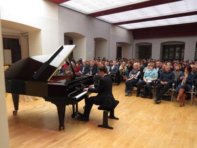 Stehende Ovationen für Paderborner Jungpianisten Simon Staub
