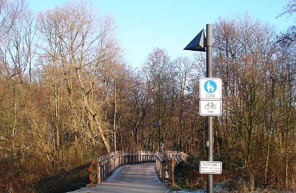 Gesperrte Fußgänger- und Radfahrerbrücke über die Alme. ©Stadt Paderborn