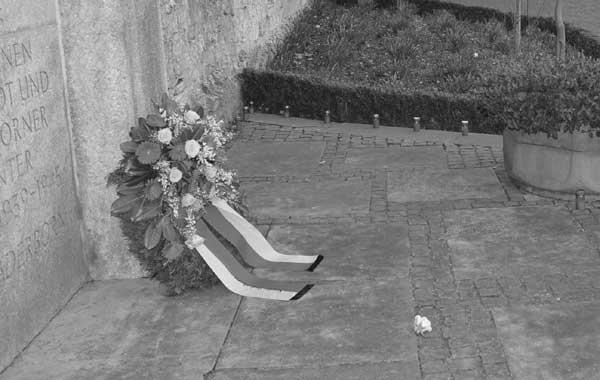 Im Gedenken an die Toten des Bombenangriffs wird am 27. März am Mahnmal Busdorfwall ein Kranz niedergelegt.