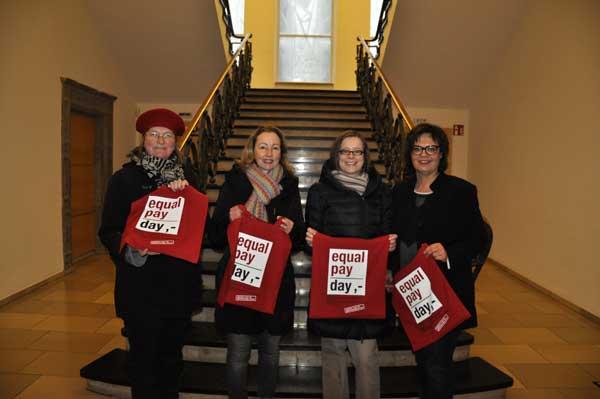 v. l.: Christa Mertens, Dagmar Drüke und Kerstin Ludolph von der Gleichstellungsstelle der Stadt sowie Nicola Pilz von Soroptimist International, Club Paderborn.