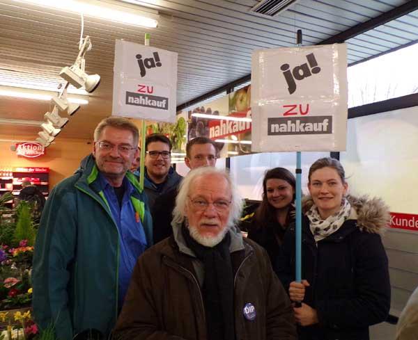 Hier mit den Ínitiatoren der Anwohner-Versammlung Reinhard Borgmeier (links) und Peter Leppin. ©DIP