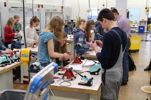 Großes Interesse am Girls' Day in der Ausbildungswerkstatt von Westfalen Weser Energie