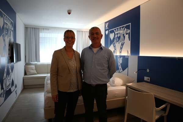 v.l.: Hotelmanagerin Simone Bee-Seyfarth und Isa Kara, Vertreter der investierenden Aydin & Kara GbR