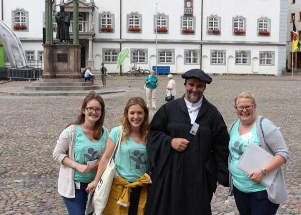 Vertreterinnen von youngcaritas im Erzbistum Paderborn setzten sich in Wittenberg für die Petition Den Durchblick behalten ein (v. l.): Mona Kaiser, Linda Kaiser, Luther-Darsteller Sven Krüber und Sabrina Groppe.©cpd