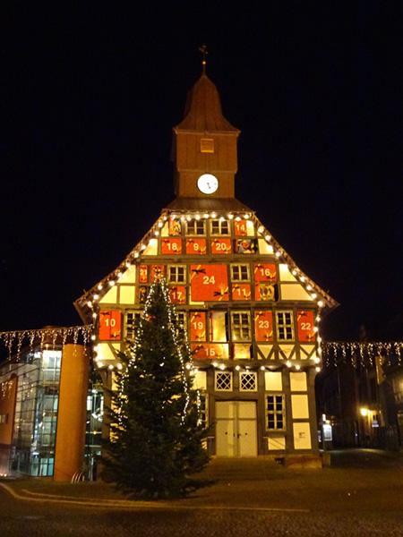 Die weihnachtlich geschmückte Innenstand von Uslar mit dem Rathaus als riesiger Adventskalender.