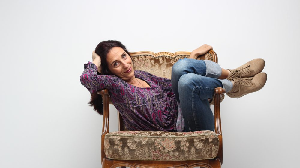Frau auf Stuhl liegend.