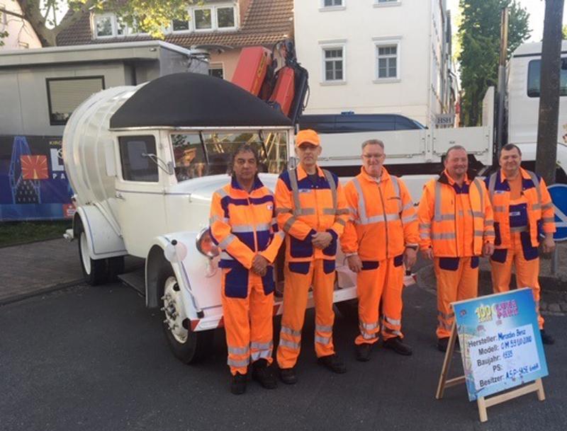 Gruppenfoto vor dem historischen Abfallsammelfahrzeug.