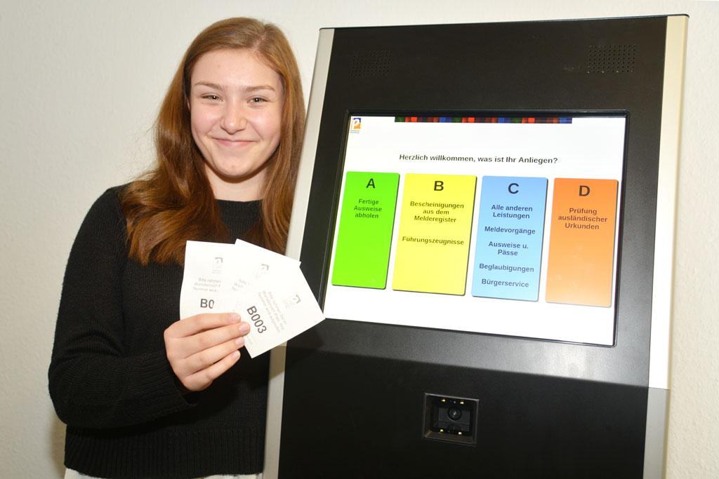 Aylin Berg mit Aufrufmarken in der Hand.