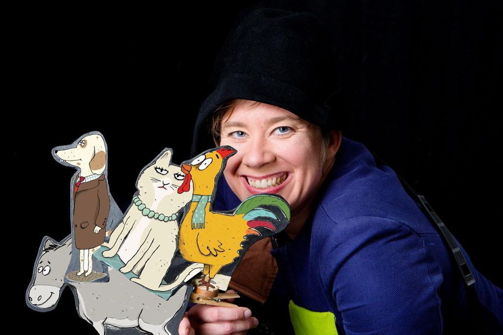 Christina Seck mit den Figuren in der Hand.