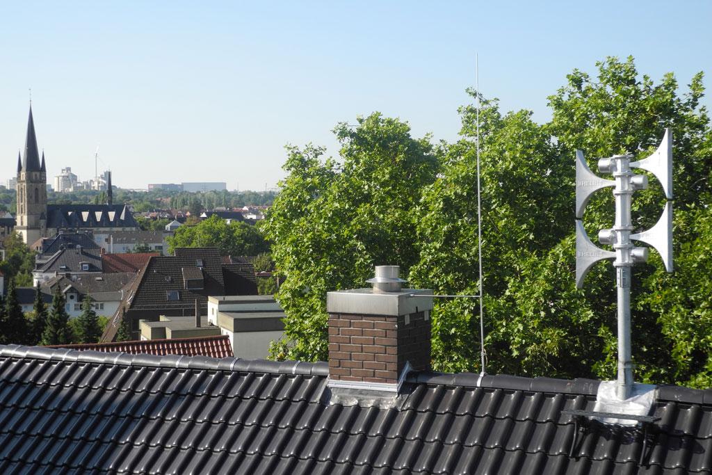 Sirene auf einem Dach.