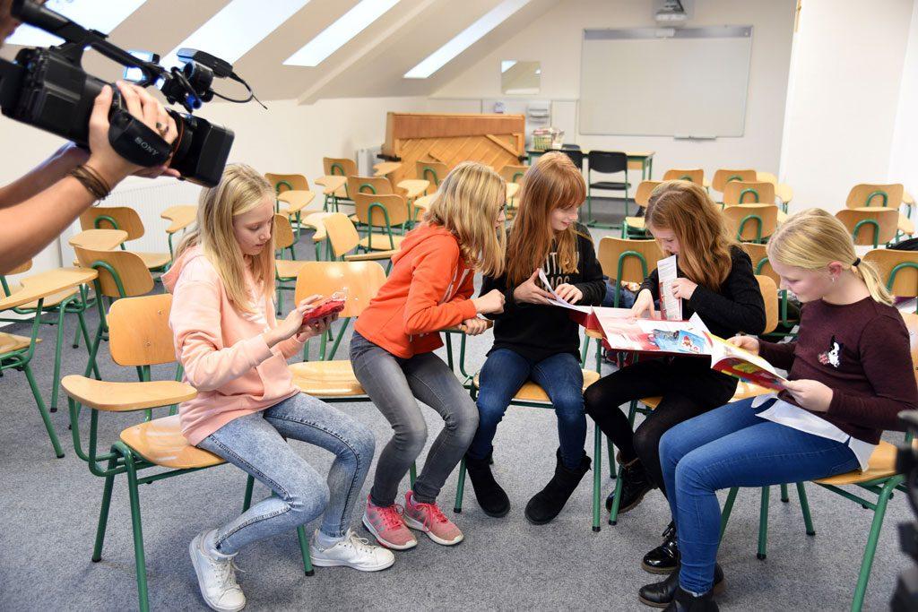 Fünf Mädchen sitzen im Halbkreis.