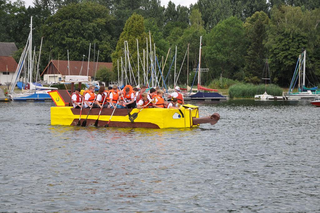 Gruppe jugendlicher rudert ein Boot.