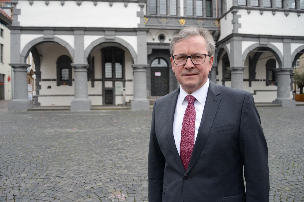Michael Dreier vor dem Rathaus