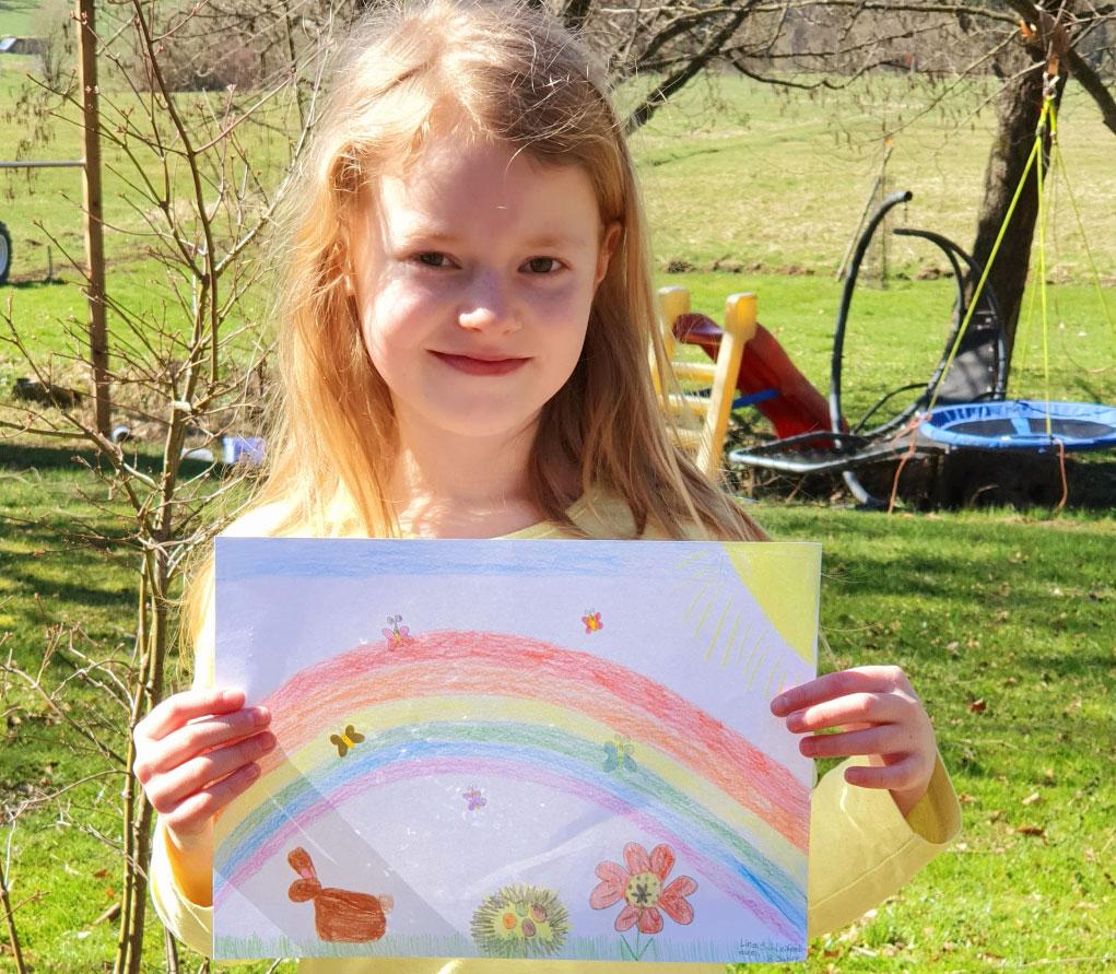 Lina Schleifenbaum (8) hält ein gemaltes Osterbild.