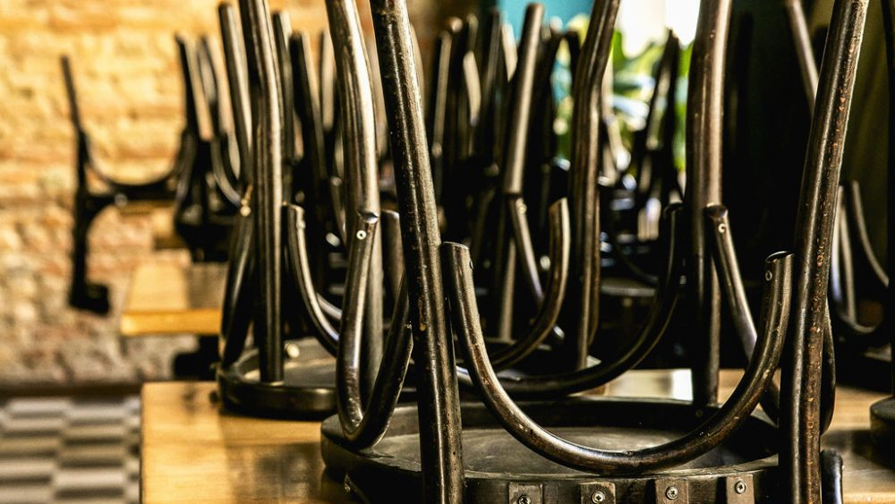 Hochgestellte Stühle