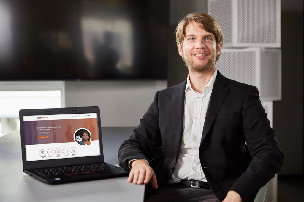Tristan Niewöhner am Schreibtisch