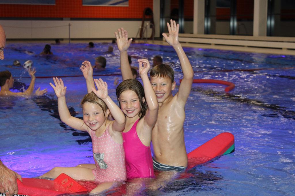 Drei Kinder im Schwimmbad